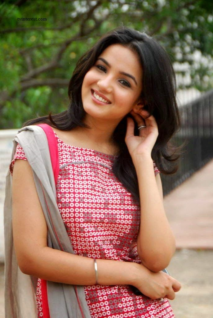 Jasmin Bhasin Wiki , Bio , Age , Height , Weight , DOB , Profile , Movies , TV Serials , Images , Real Name of Twinkle in Tashan-e- Ishq