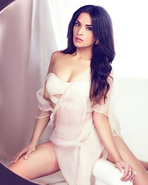 Richa Chadda Wiki, Bio, Age, Height, Boyfriend, Affairs, Movies, Awards, Profile